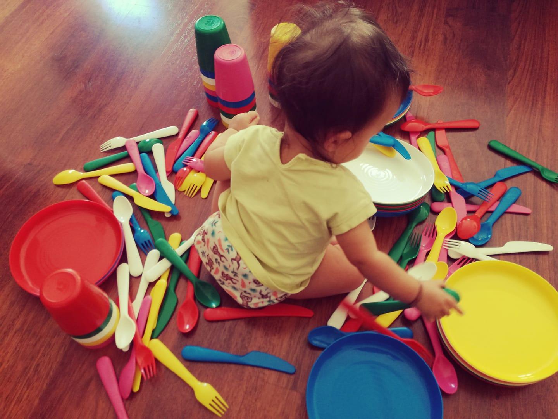 La piccola Emma con le stoviglie