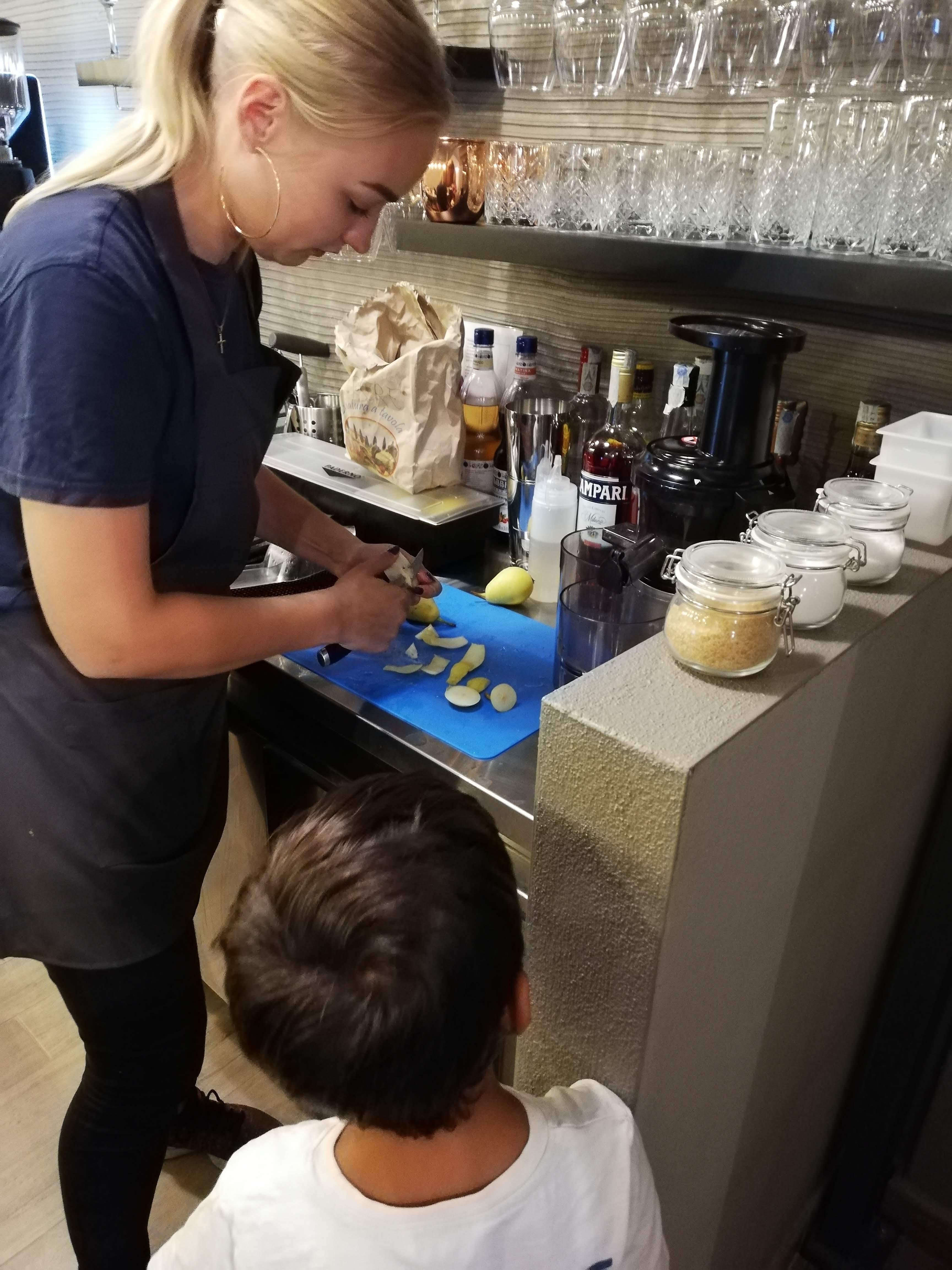 Camilla prepara il succo di frutta davanti ai bambini