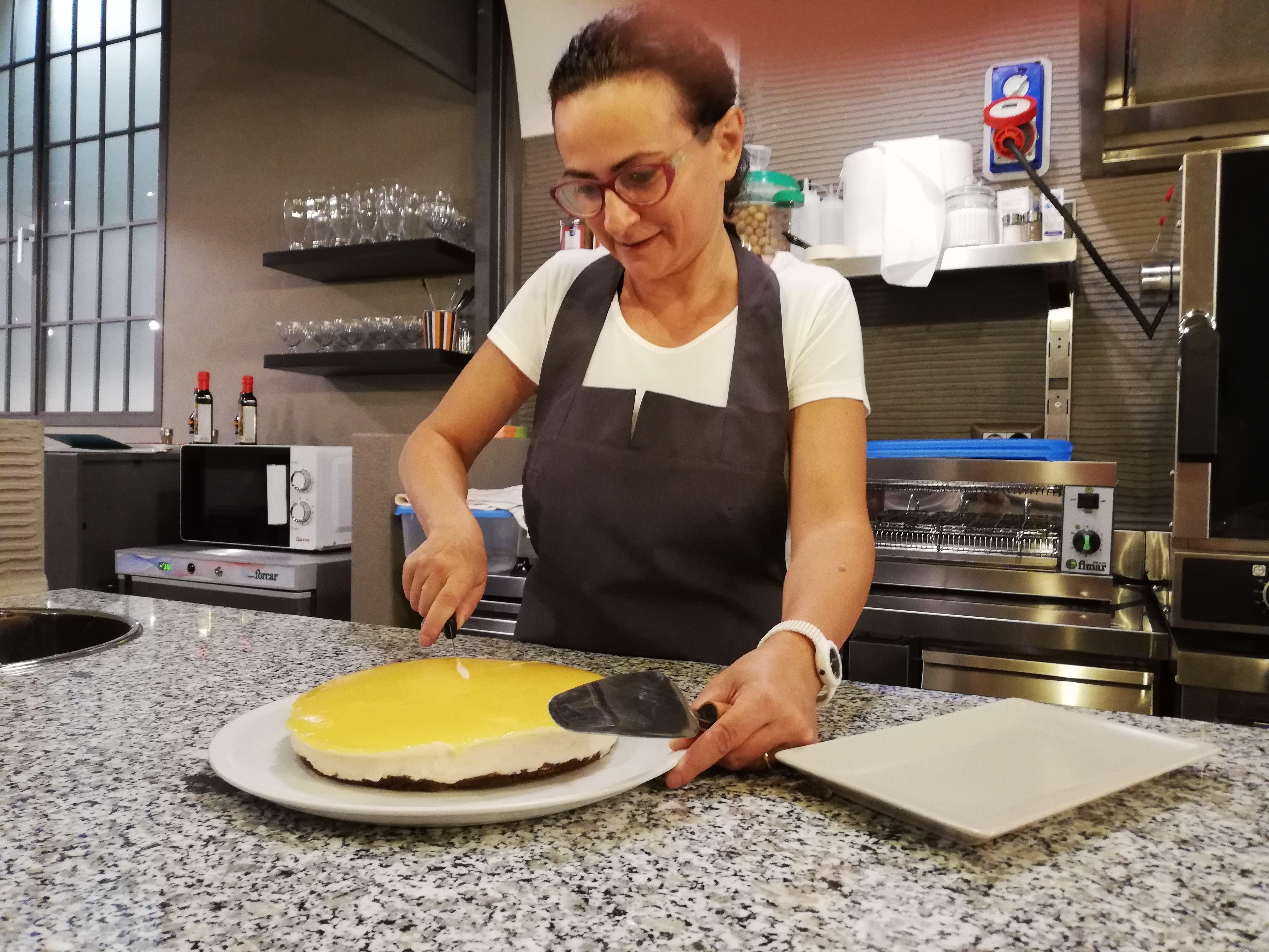 Aline taglia la sua cheesecake