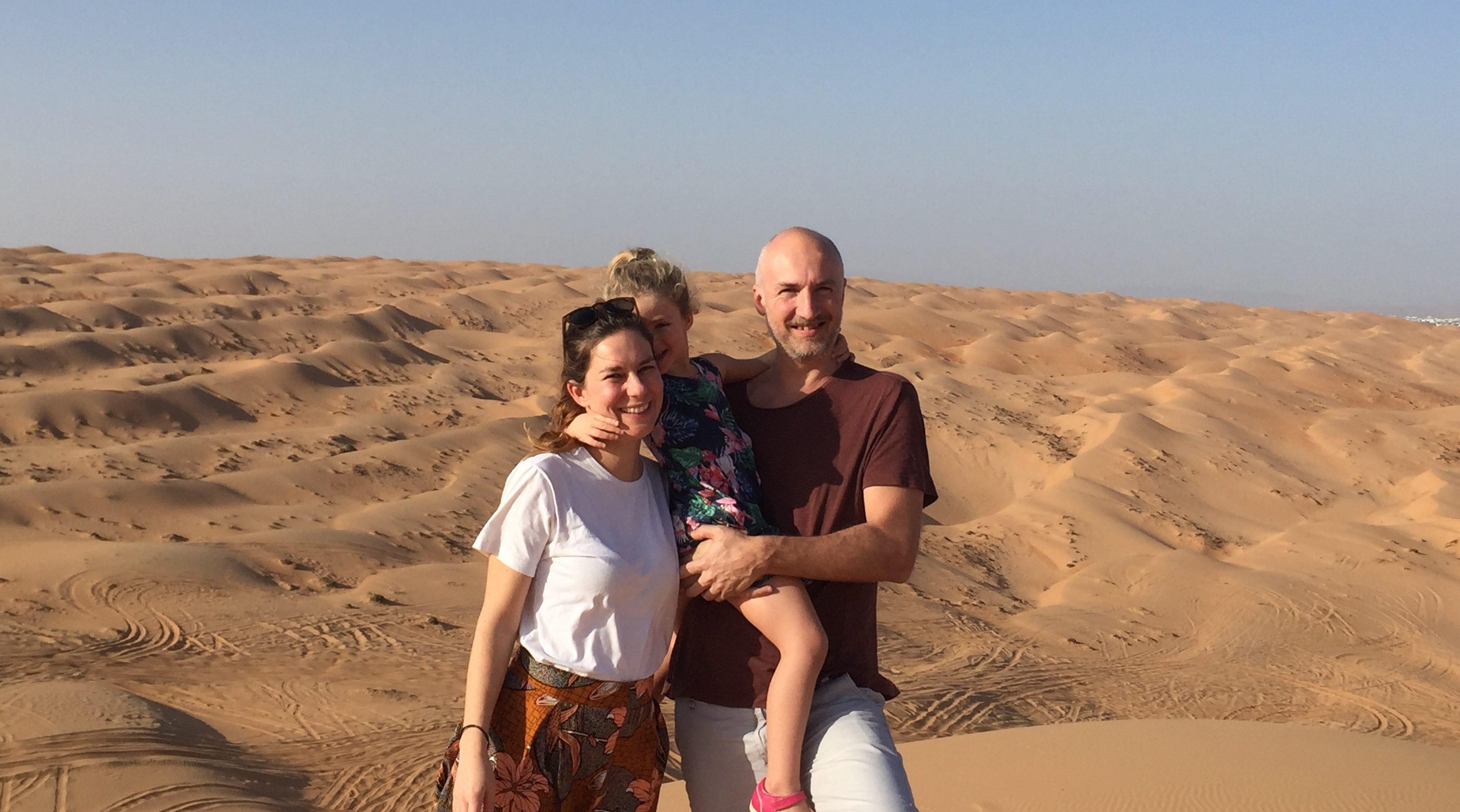 Chiara Levi e Stefano Bottura con la loro prima figlia durante un viaggio in Oman